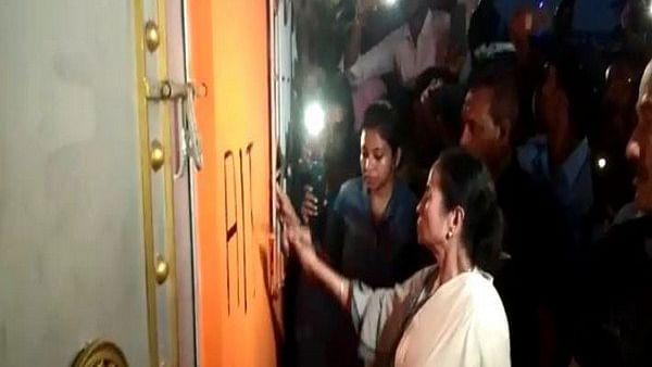 पश्चिम बंगाल: 'जय श्री राम' पर तकरार के बीच ममता ने बीजेपी दफ्तर का तुड़वाया ताला, कब्जे का लगा आरोप