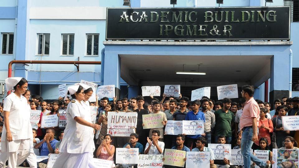 कोलकाता के डॉक्टर्स के समर्थन में आए देश के कई शहरों के डॉक्टर्स, बढ़ी मरीजों की परेशानी