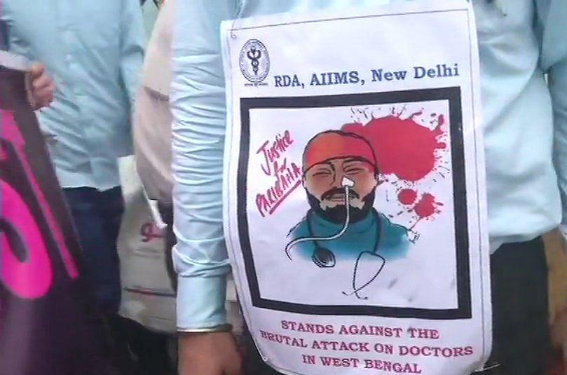 कोलकाता से लेकर दिल्ली तक सड़कों पर डॉक्टर, जमीन पर मरीज, तस्वीरों में देखें  हड़ताल