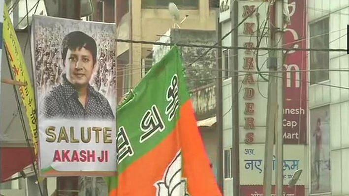 मध्य प्रदेश: बीजेपी की सीनाजोरी, बैट से अधिकारी को पीटने वाले नेता को पोस्टर लगाकर कर किया सैल्यूट