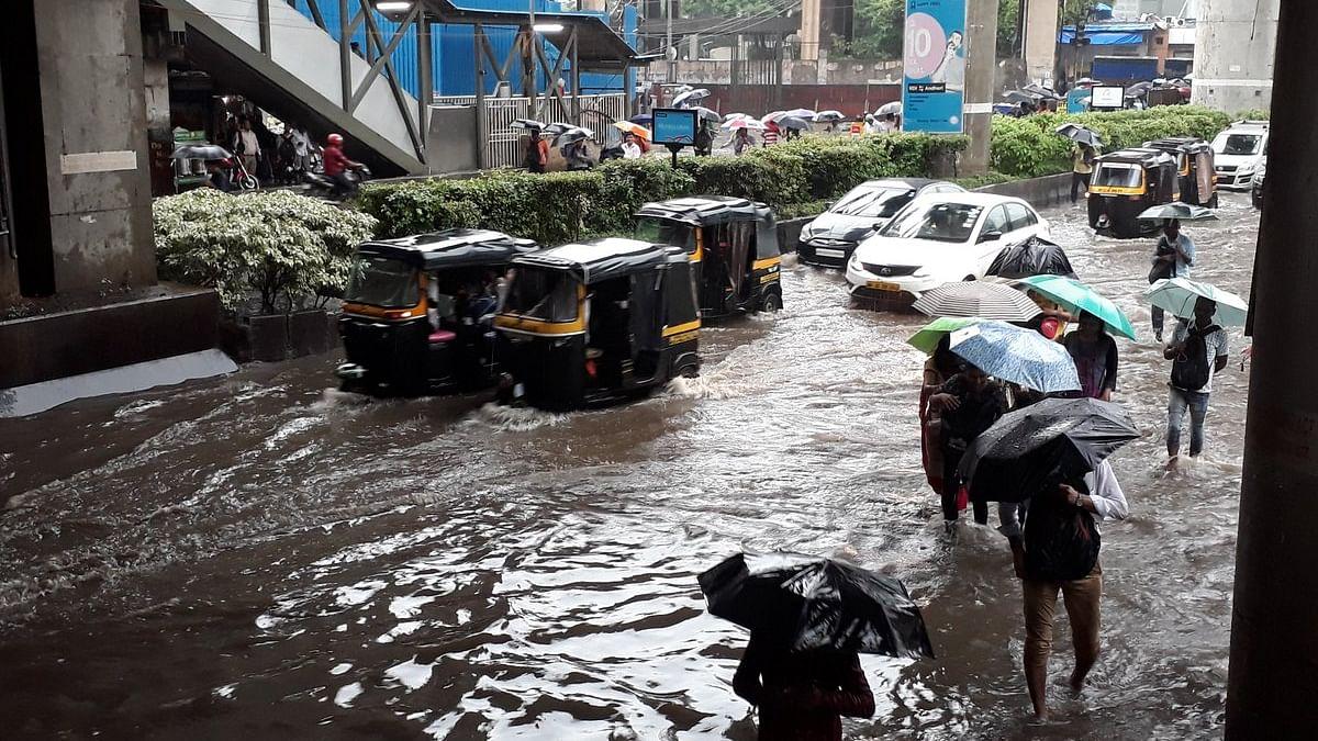 मुंबई में भारी बारिश से कई इलाको में  जलजमाव,  यातायात और लोकल प्रभावित, 48 घंटे का अलर्ट जारी