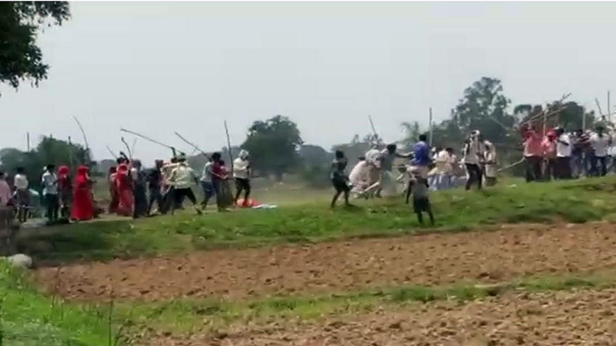 सोनभद्र नरसंहार:  सामने आया खौफनाक वीडियो, गोलियों की तड़तड़ाहट के बीच चीखते दिखे लोग, खेत में बिछी लाशें