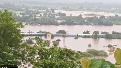 नवजीवन बुलेटिन: मुंबई में आसमान से बरस रही आफत, ट्रेन में फंसे 2000 यात्री, सड़कों पर भरा पानी, देखिए 4 बड़ी खबर