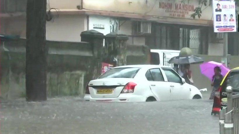 मायानगरी में आफत की बारिश, कई इलाकों में घुटनों तक भरा पानी, रेल और हवाई यात्रा भी प्रभावित