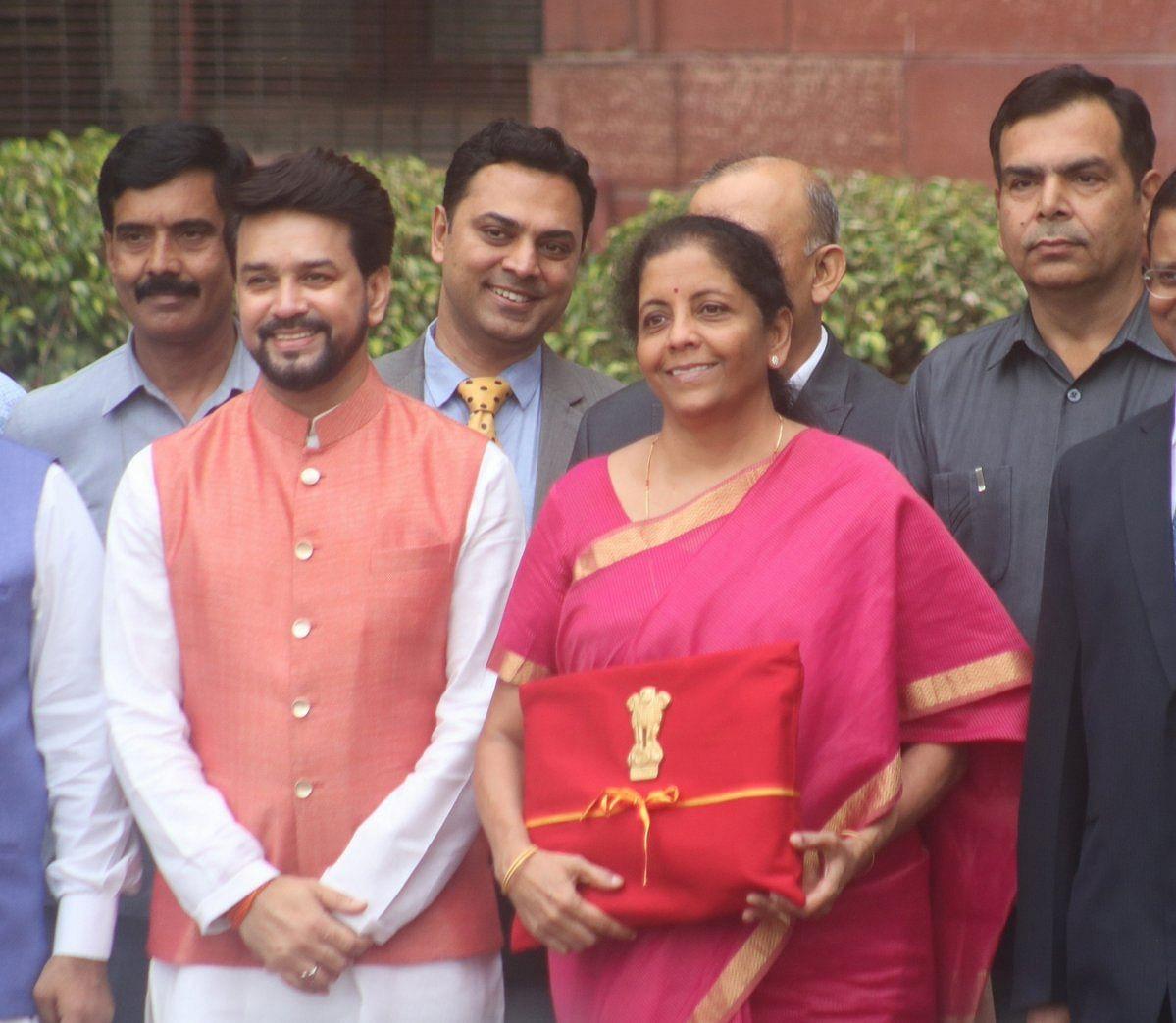 निर्मला सीतारमण ने तोड़ी 'ब्रीफकेस परंपरा', लाल कपड़े में दिखा बहीखाता, जानें कब-कब बदले ब्रीफकेस के रंग