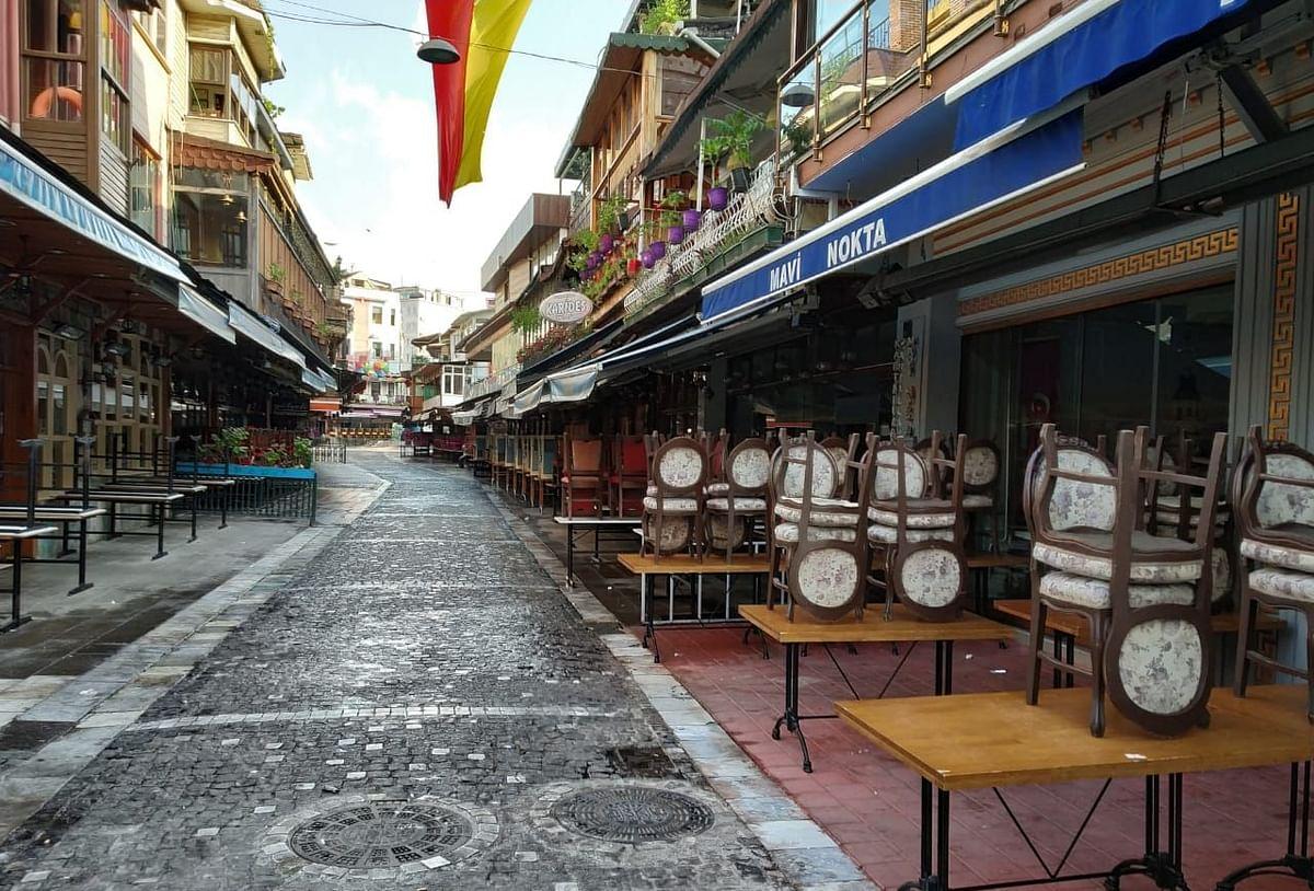 सैलानी: इस्तांबुल का कुमकापी, जहां अखबार पढ़ते हुए बिल्लियों को खाना खिलाते हैं लोग