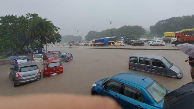 मुंबई बारिश LIVE: नवी मुंबई में भारी बारिश, पानी में खिलौने की तरह तैर रही हैं गाड़ियां