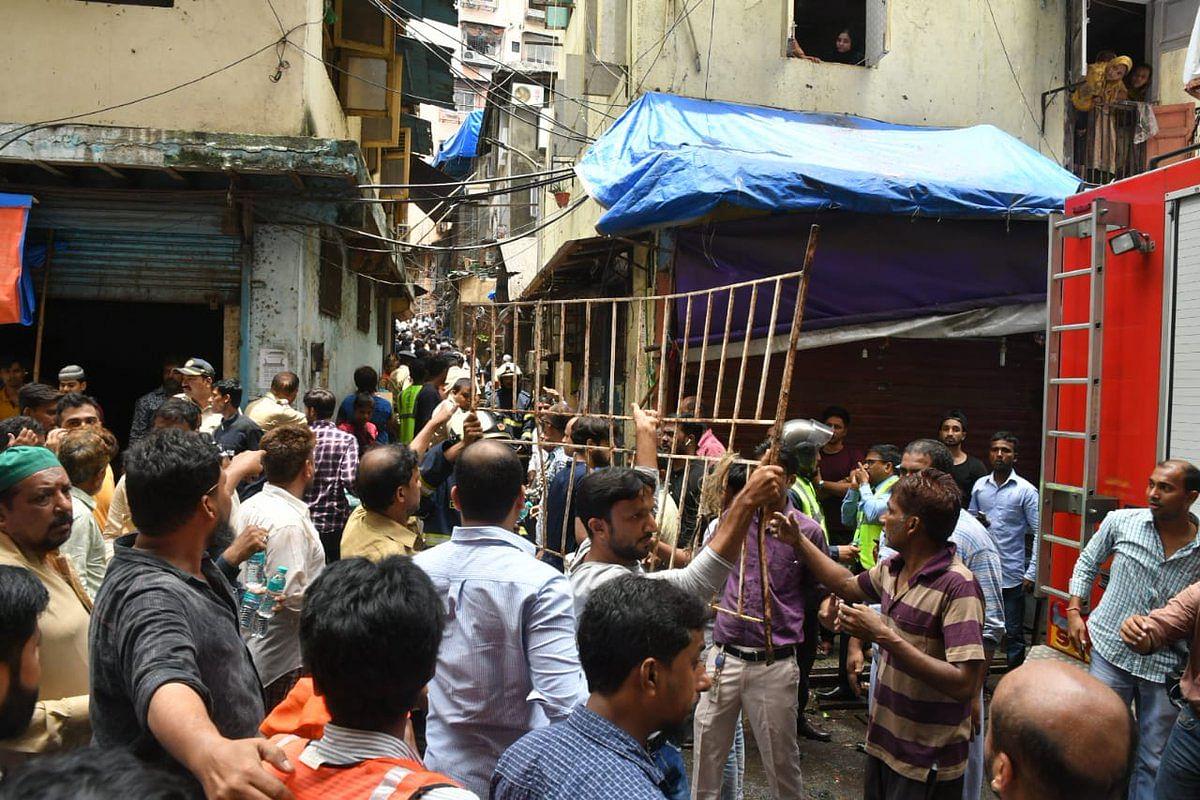 तस्वीरों में देखें मुंबई के डोंगरी में धराशायी हुई 4 मंजिला इमारत, हादसे के बाद मची चीख पुकार, करीब 50 लोग दबे