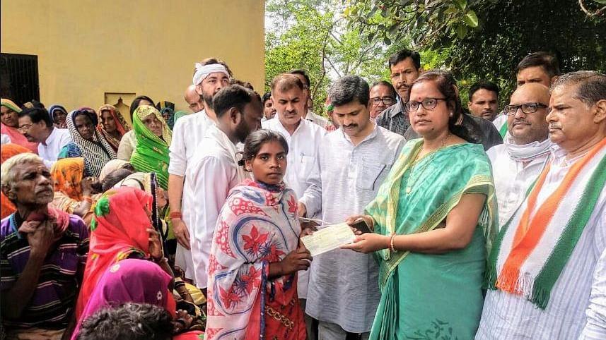 बड़ी खबर LIVE: सोनभद्र नरसंहार पीड़ितों को कांग्रेस नेताओं ने सौंपे चेक, प्रियंका गांधी ने किया था आर्थिक सहायता का ऐलान