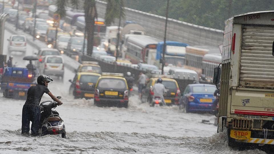 मुंबई में भारी बारिश के बाद सड़कों और रेलवे ट्रैक पर जमा हुआ पानी, 13 ट्रेनें रद्द, धीमी हुई लोकल की रफ्तार