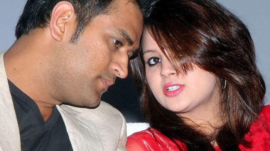 एमएस धोनी और उनकी पत्नी के खिलाफ कार्रवाई करेगी केंद्र सरकार? आम्रपाली के फ्लैट खरीददारों ने की शिकायत
