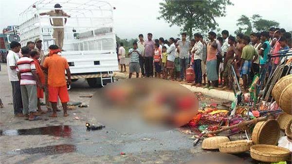 हरियाणा: पलवल में भीषण सड़क हादसे के बाद मची चीख पुकार, कांवड़ियों से भरी गाड़ी पलटी, 3 की मौत, 11 लोग घायल