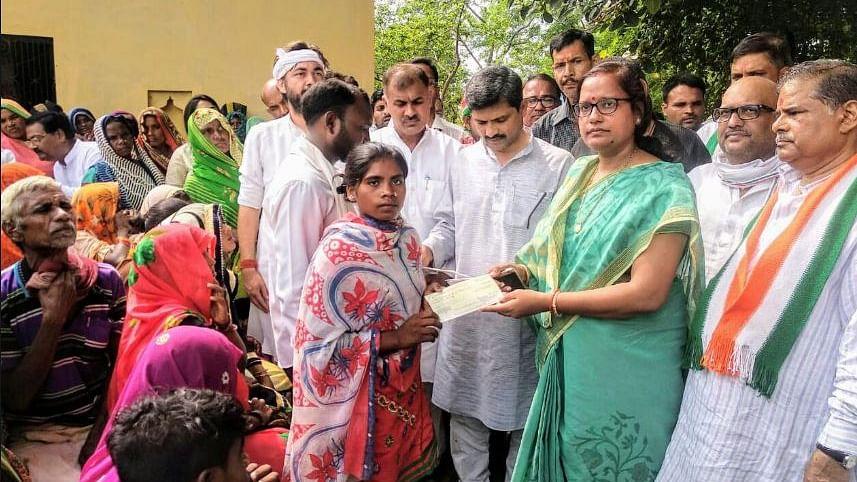सोनभद्र नरसंहार: पीड़ित परिवारों को कांग्रेस नेताओं ने बांटे चेक, प्रियंका गांधी ने किया था आर्थिक सहायता का ऐलान
