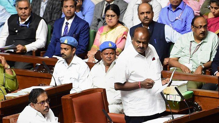 कर्नाटकः कांग्रेस विधायक को बंधक बनाए जाने की आशंका के बाद कल तक टला फ्लोर टेस्ट, बिफरे येदियुरप्पा धरने पर बैठे