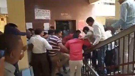 वीडियो: योगी सरकार में स्वास्थ्य विभाग अधिकारियों के तबादले में भ्रष्टाचार? कर्मचारियों ने की मारपीट, लहराए तमंचे