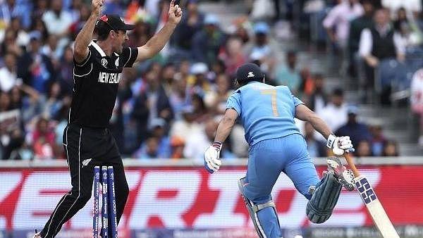 वर्ल्ड कप 2019: धोनी के आउट होते ही मैच देख रहे फैन को लगा सदमा, रुक गई दिल की धड़कनें