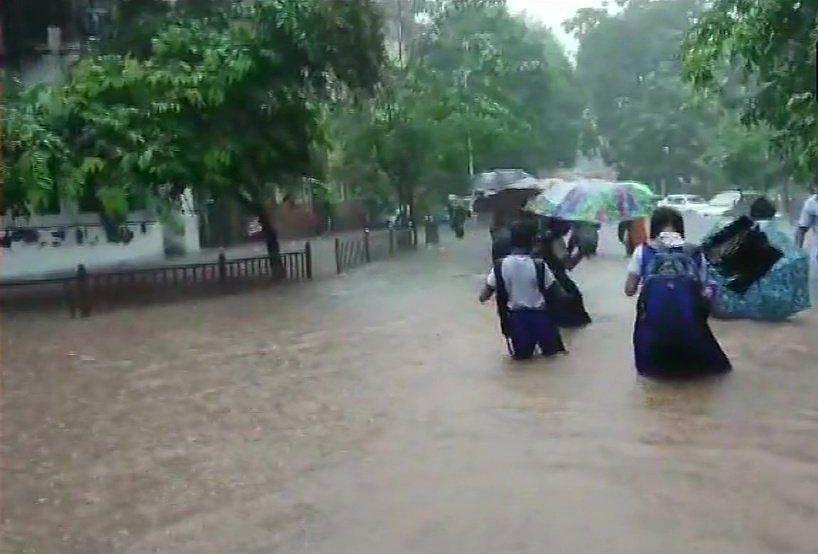 तस्वीरों में देखें मुंबई में भारी बारिश से लोग बेहाल, सड़कों से लेकर घरों तक पानी-पानी, रेलवे ट्रैक डूबा