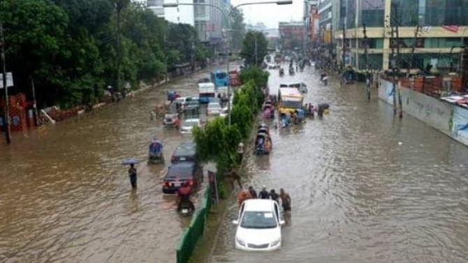 भारी बारिश ने रोकी 'मायानगरी' की रफ्तार, नदियों में तब्दील हुईं सड़कें, दिल्ली एनसीआर समेत कई इलाकों में अलर्ट जारी