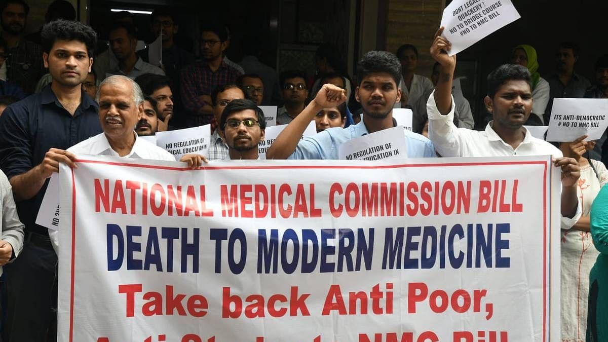 एनएमसी बिल का विरोध जारी, जानिए धरने पर बैठे डॉक्टरों को क्यों है इससे आपत्ति