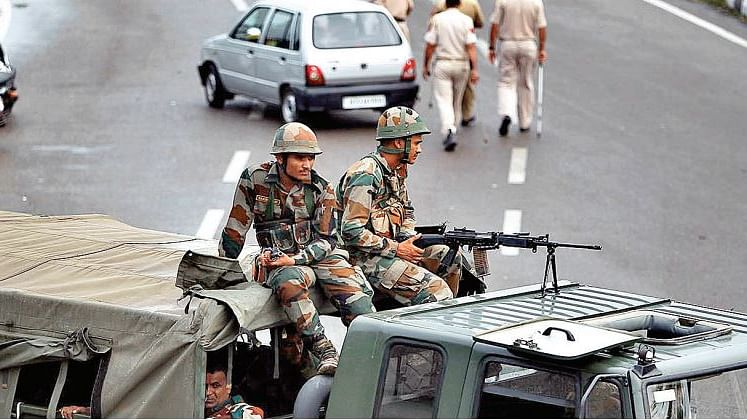 बंदूक को दूरबीन बनाकर प्रधानमंत्री कश्मीर को देख-दिखा रहे, वक्त कश्मीरियों के साथ खड़े रहने का है