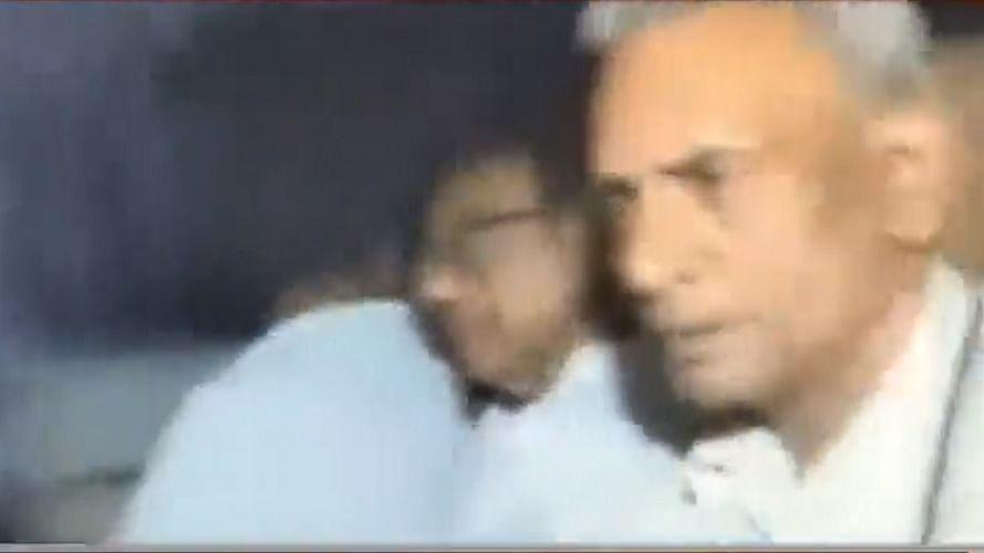 बड़ी खबर LIVE: पूर्व वित्त मंत्री चिदंबरम को सीबीआई ने हिरासत में लिया, घर से लेकर निकली टीम