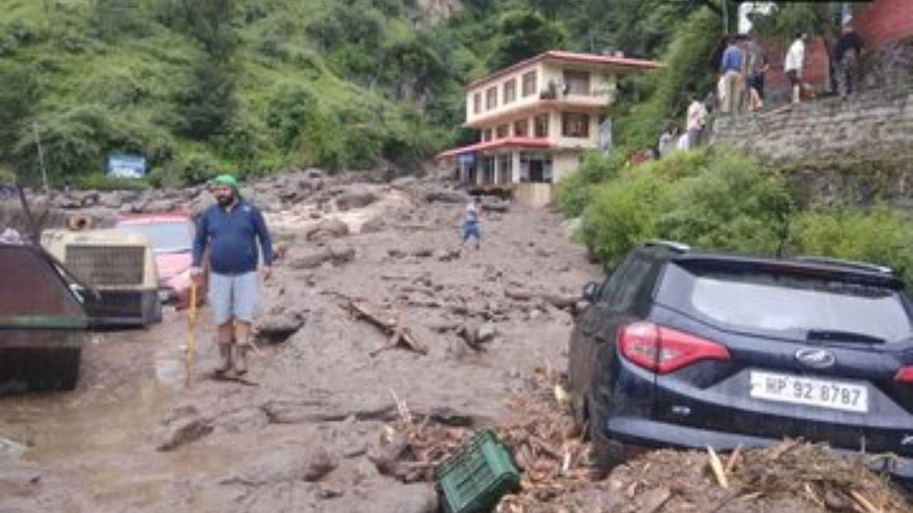 नवजीवन बुलेटिन: हिमाचल में बारिश का कहर जारी और पूर्व पीएम मनमोहन सिंह से एसपीजी सुरक्षा वापस लेगी मोदी सरकार