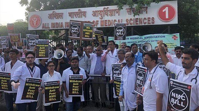 एनएमसी बिल के खिलाफ डॉक्टरों की हड़ताल जारी, दिल्ली के अस्पतालों में मरीज भटकने को मजबूर, देखें तस्वीरें