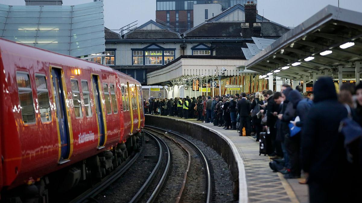 ब्रिटेन में  बिजली गुल, ट्रैक पर फंसी ट्रेनें,10 लाख लोग प्रभावित