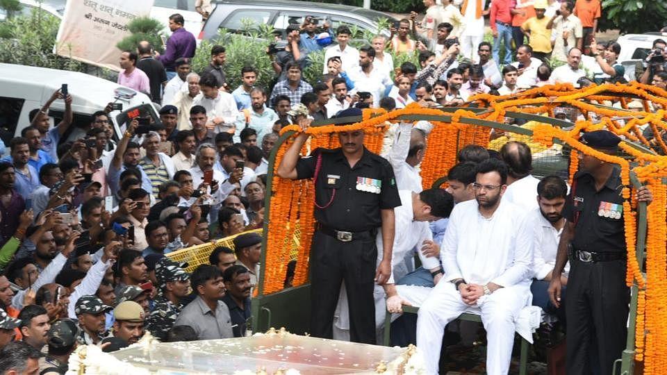 जेटली के अंतिम संस्कार में 35 लोगों के मोबाइल  चोरी, बाबा रामदेव के सहयोगी बोले- पुलिस वाले बाबू मेरा फोन दिला दो
