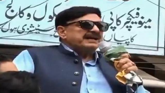 वीडियो: लंदन में लात-घूंसे खाने वाले इमरान खान के रेल मंत्री को भाषण के दौरान लगा करंट, हिल गए, रोकना पड़ा समारोह