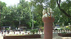 एबीवीपी ने रातों रात डीयू कैंपस में लगवा दी सावरकर की मूर्ति, एनएसयूआई ने किया विरोध, मचा बवाल