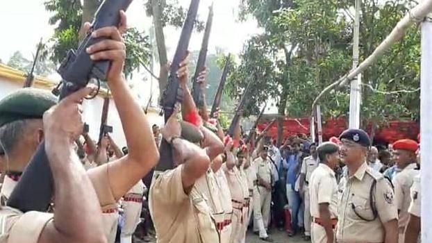 वीडियो: जगन्नाथ मिश्र की अंत्येष्टि में बिहार पुलिस की फजीहत, गार्ड ऑफ ऑनर के दौरान नहीं चली  गोली, नीतीश भी थे मौजूद