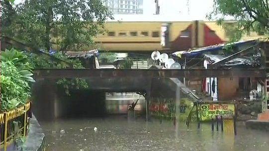 दिल्ली समेत 15 राज्यों में होगी तेज बारिश, मुंबई का हुआ बुरा हाल, सड़कों पर सिर्फ पानी ही पानी, स्कूल-कॉलेज बंद
