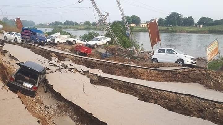 तस्वीरों में देखें पाकिस्तान में भूकंप से भारी तबाही, सड़कों में दरारें, घर जमींदोज, दिल्ली-एनसीआर में भी लगे झटके