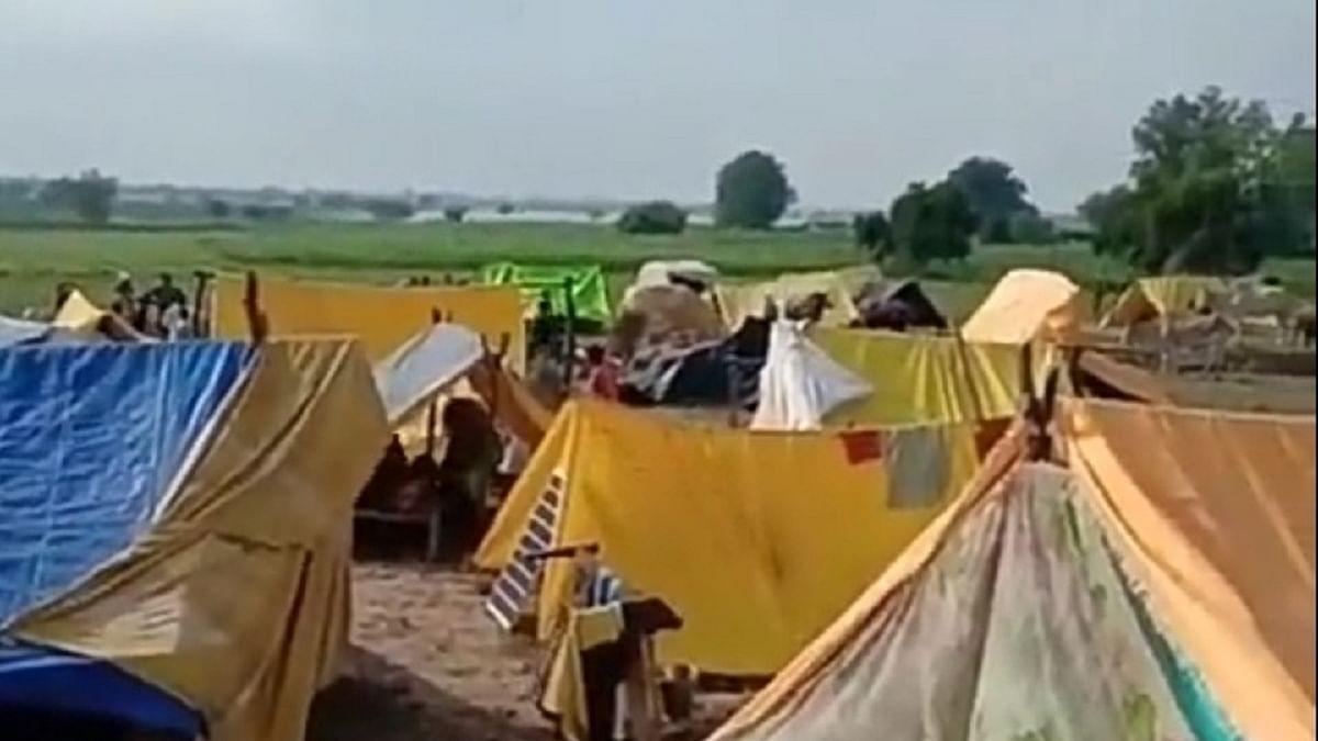 योगी सरकार में सरकारी मदद की आस में सैकड़ों बाढ़ पीड़ित, राहत कोष खाली, सड़कों पर परिवार