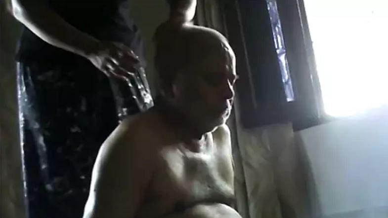 शाहजहांपुर केस: छात्रा से तेल मालिश कराते स्वामी चिन्मयानंद का वीडियो वायरल, जानें सच्चाई?