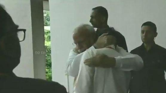 चंद्रयान 2 से निराश इसरो प्रमुख लगे रोने तो पीएम मोदी ने गले लगा दिया दिलासा, देखें वीडियो