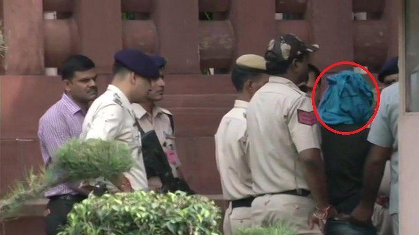 संसद भवन में चाकू लेकर घुसने की कोशिश कर रहा युवक पकड़ा गया, सामने आई तस्वीरें