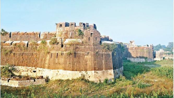 महाराष्ट्रः मोदी सरकार की राह पर सीएम फडणवीस, लाल किले की तरह राज्य के 25 किले निजी हाथों में देने का फैसला