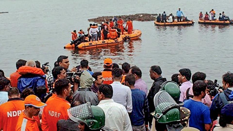 आंध्र प्रदेश: गोदावरी नाव हादसे में अब तक 13 लोगों की मौत, 27 लापता, रेस्क्यू ऑपरेशन जारी