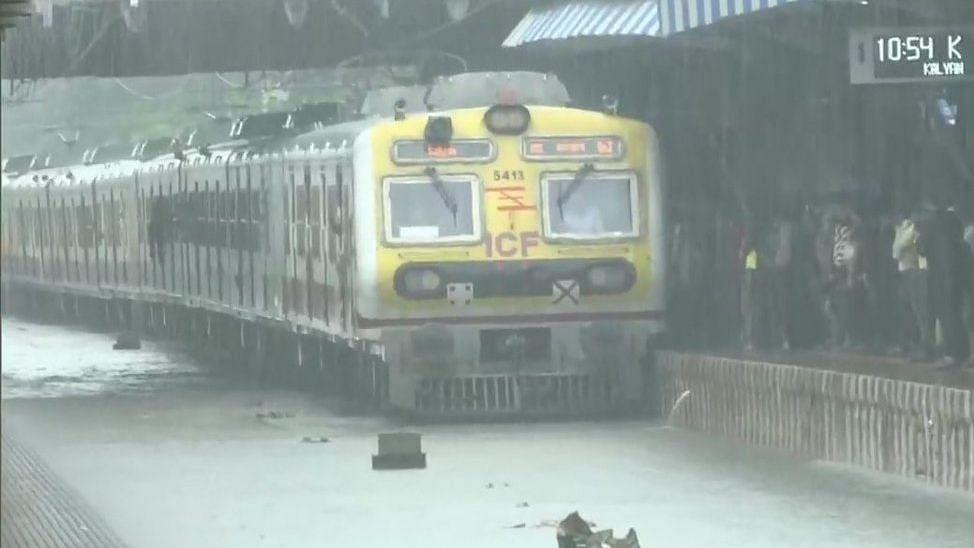 बारिश से बेहाल मुंबई,सड़क, रेल की पटरीयां पानी-पानी, देर से चल रहीं 280 उड़ाने, कई रद्द