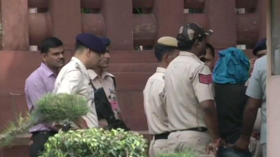 नवजीवन बुलेटिन: संसद भवन में चाकू के साथ गुरमीत राम रहीम समर्थक गिरफ्तार और जमैका टेस्ट में जीत के बेहद करीब टीम इंडिया