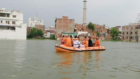 पीएम मोदी का संसदीय क्षेत्र बाढ़ की चपेट में, सैकड़ों गांव पानी में डूबे, लेकिन सरकार जश्न मनाने में मस्त!