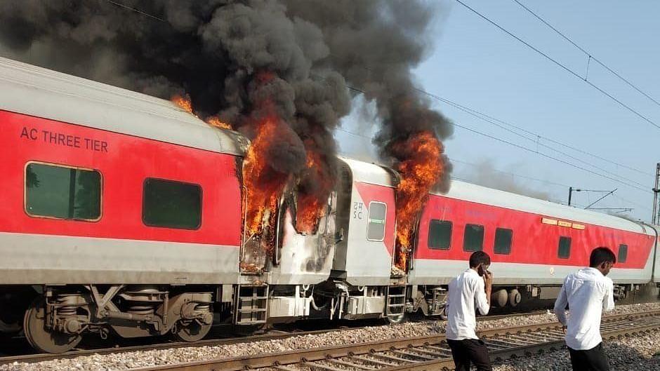 देश में ट्रेनों में आग लगने की घटनाओं से यात्रियों की सुरक्षा पर उठे सवाल, आर्थिक सर्वे में भी हुई थी पुष्टि