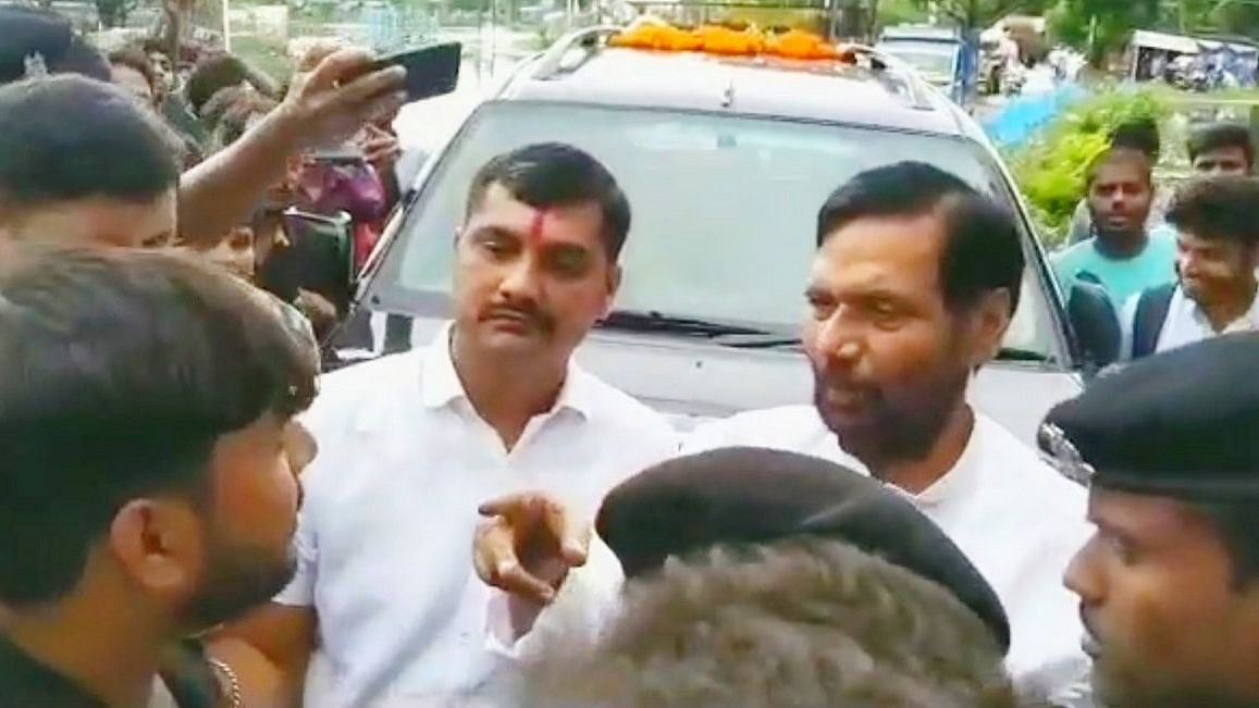 वीडियो: हाजीपुर में बारिश और बाढ़ से परेशान लोगों ने केंद्रीय मंत्री पासवान का किया घेराव, जमकर सुनाई खरी-खोटी
