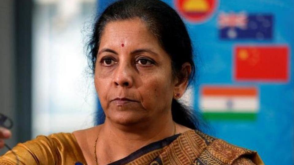 आर्थिक मंदी पर घर में घिरीं वित्त मंत्री  सीतारमण, पति ने उठाए सवाल तो मचा बवाल, दो धड़ों में बंटा सोशल मीडिया
