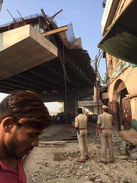 वाराणसी: कैंट स्टेशन के सामने निर्माणाधीन फ्लाईओवर का हिस्सा गिरा,  2 लोग घायल, एक साल पहले 15 की गई थी जान