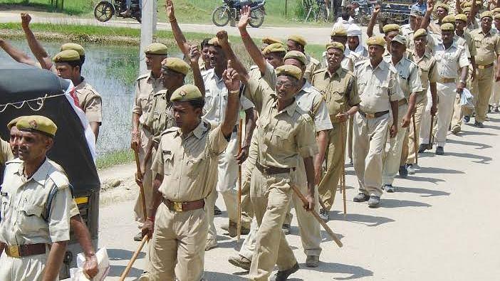 नवजीवन बुलेटिन: योगी सरकार ने खत्म की 25 हजार होमगार्डों की नौकरी और बिहार में घर में घुसकर 3 लोगों  पर बरसाई हथौड़ी
