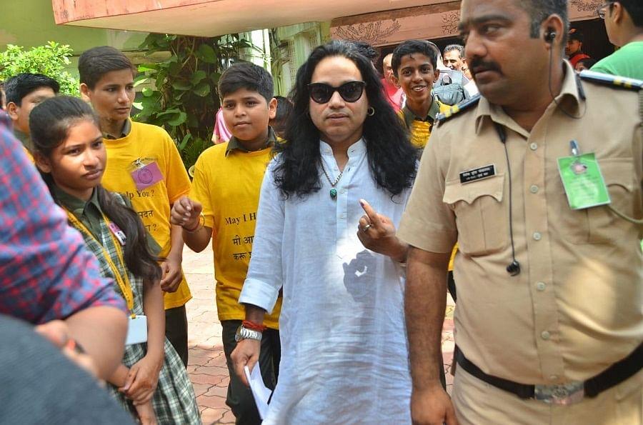 महाराष्ट्र और हरियाणा में मतदान, फिल्मी सितारों से लेकर राजनीतिक दिग्गजों ने डाले वोट, देखें तस्वीरें