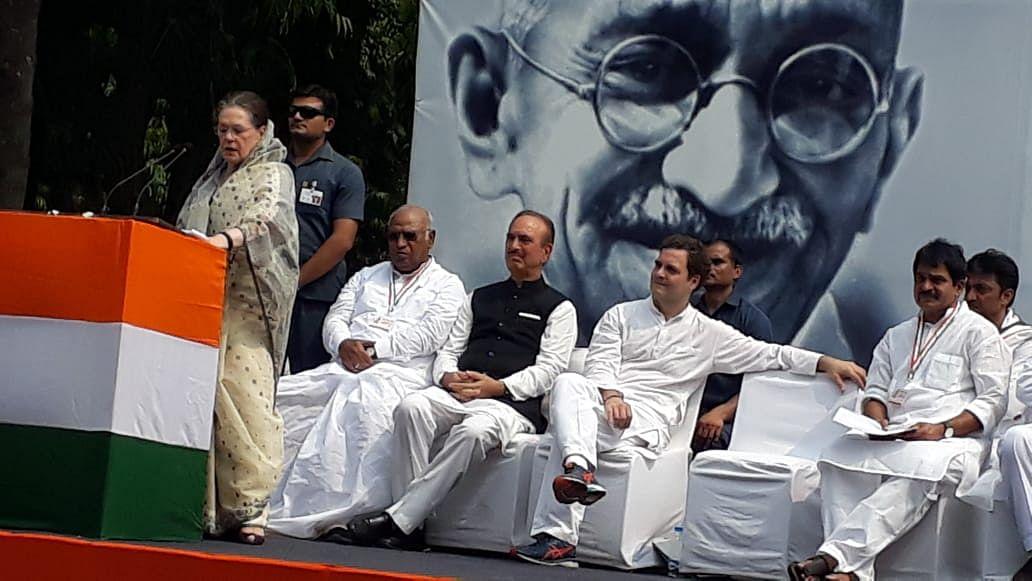 गांधी जयंती पर सोनिया का BJP पर निशाना, बोलीं- कुछ लोग RSS को बनाना चाहते हैं देश का प्रतीक
